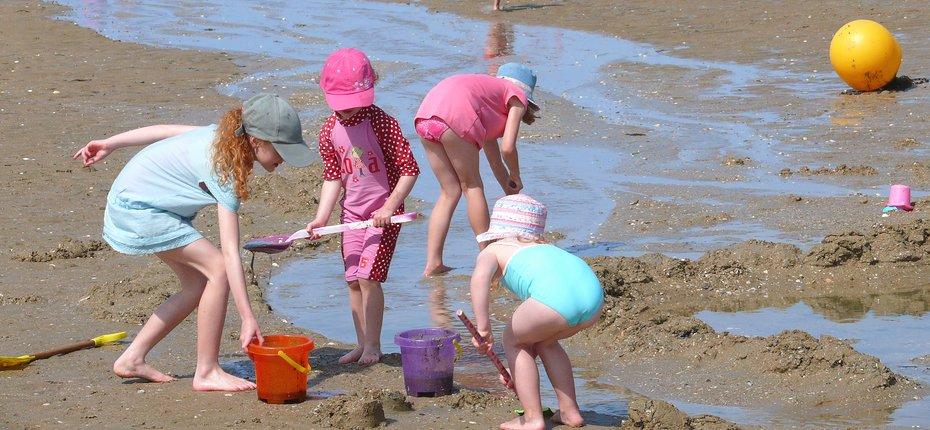 En Normandie, profitez de la plage proche du camping pour divertir les enfants