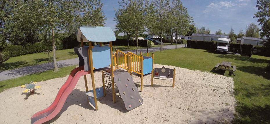 Camping du Calvados avec son aire de jeux pour les enfants
