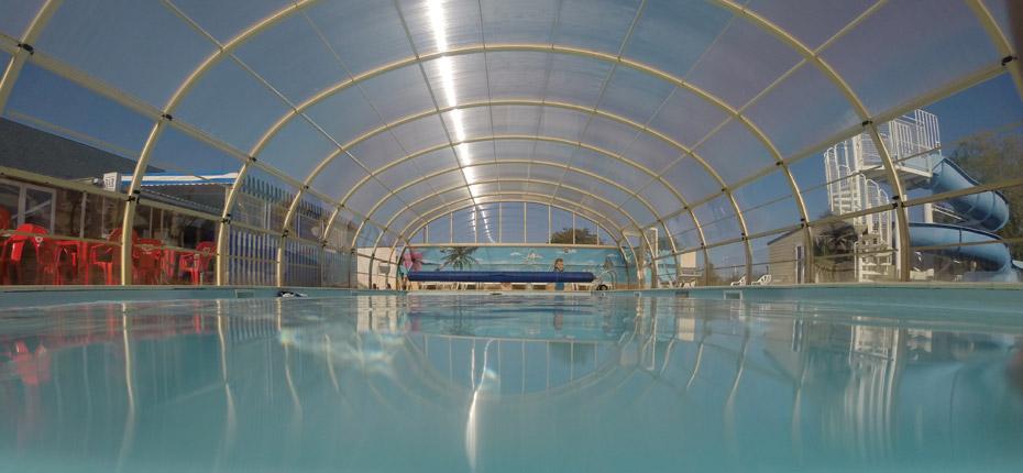 Nagez dans la piscine couverte en camping en Normandie